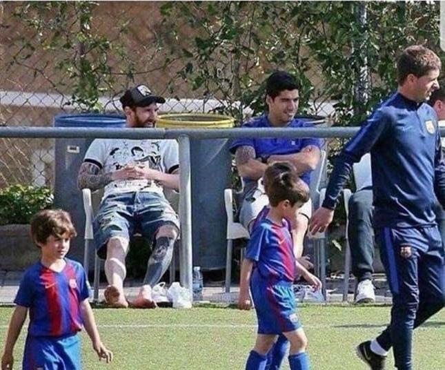 Presenečeni boste, kaj na tekmi svojih otrok počneta Lionel Messi in Suarez