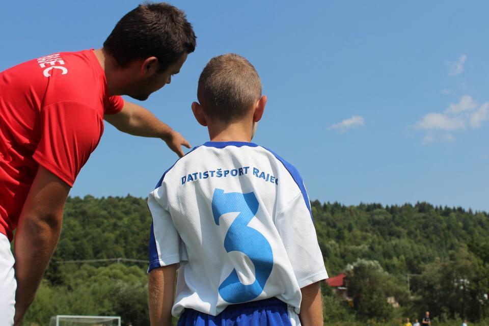 Spodbujajte svojega otroka, da se pogovarja s trenerjem