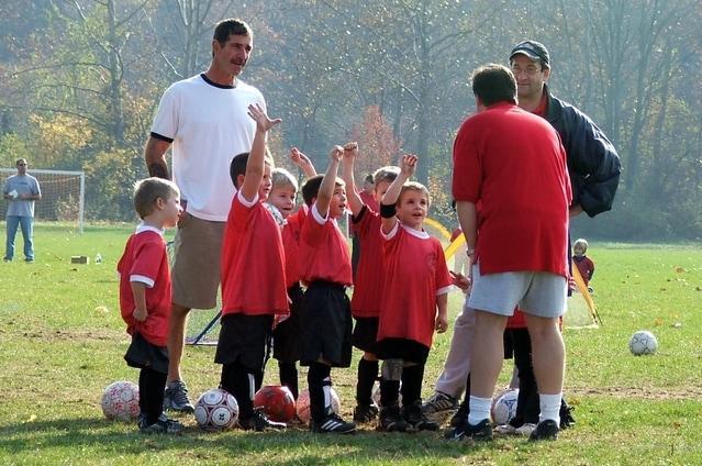 Otroški trenerji: Ali gradijo karakter, zmagovalce ali svoj ego?